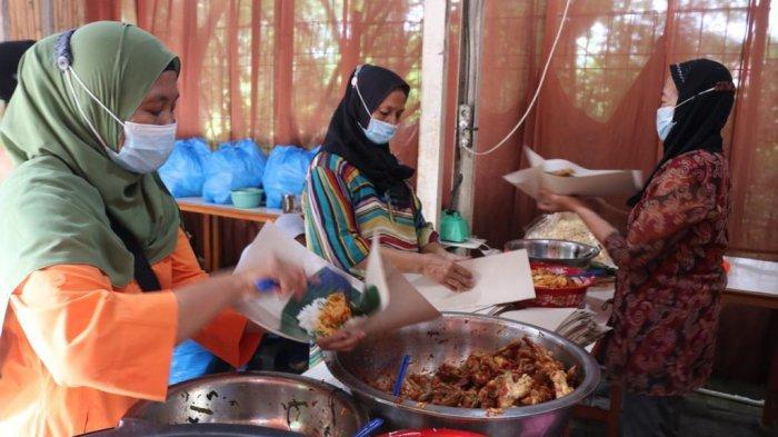 Komunitas Satu Hati mendirikan dapur umum untuk masyarakat terdampak Covid-19 di Kompleks Asia Mega Mas.