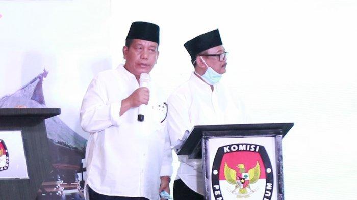 Paslon Bupati dan Wakil Bupati Simalungun Nomor Urut 1, Radiapoh Hasiholan Sinaga dan Zonny Waldi saat menghadiri debat di Patra Comfort Hotel Parapat, Rabu (2/12/2020).