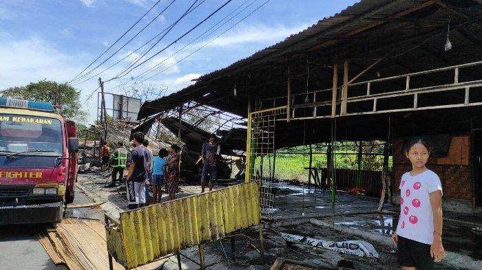 BREAKING NEWS Delapan Warung Kaki Lima Hangus Terbakar di Seberang Carrefour Padang Bulan