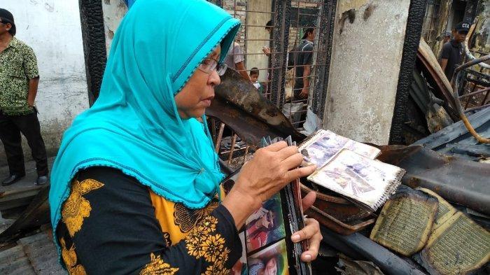 Sedih Rumahnya Terbakar, Delfi Tersenyum Jumpai Album Foto Anaknya yang Sudah Tiada