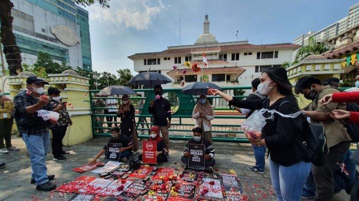 Aksi Tabur Bunga di Depan Balai Kota Medan Bentuk Matinya Kebebasan Pers