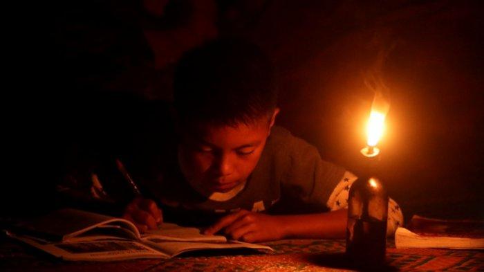 Terkadang Rambut dan Alis Terbakar Akibat Belajar Masih Pakai Lampu Teplok, Kado Pahit HUT Ke-73 RI