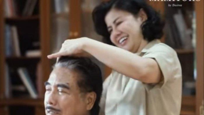 Desiree Tarigan saat menyukur rambut Hotma Sitompul