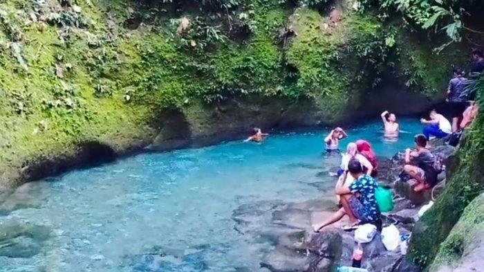Suasana wisata alam Kolam Abadi berwarna biru di Pelaruga, Desa Galuh, Kecamatan Sei Bingai, Kabupaten Langkat.