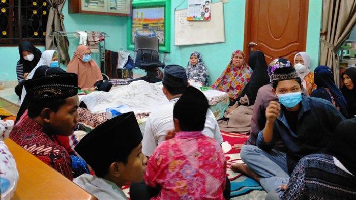 Dita, ibu Abdu Pane, korban tenggelam di Ajibata, Danau Toba, meratapai jasad anaknya di rumah duka Gang Dulur No 27 F Lingkungan VIII, Kecamatan Medan Johor, Minggu (7/3/2021).