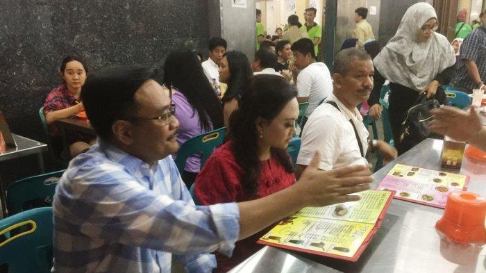 Djarot Saiful Hidayat dan istrinya Happy Farida, menikmati kuliner di Wajir Seafood, Kota Medan, Senin (19/2/2018)