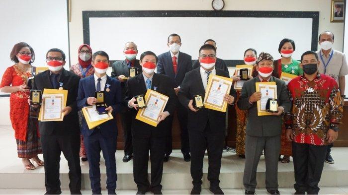 Dosen STMIK-STIE Mikroskil mendapat penganugerahan tanda kehormatan Lencana Tri Dharma Perguruan Tinggi oleh pemerintah melalui Lembaga Layanan Pendidikan Tinggi Wilayah I (LLDIKTI1) Sumatera Utara pada hari Kamis (19/8/2021) bertempat di Gedung Rapat Lantai II, Kantor LLDIKTI Wilayah I.