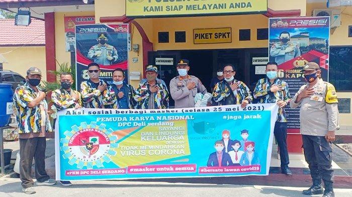 DPC PKN Kabupaten Deliserdang bekerja sama dengan Polsek Beringin melakukan aksi sosial pembagian 1.000 masker di jalan raya di depan Mapolsek Beringin, Selasa (25/5/2021).