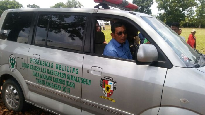 Kunjungi Desa, JR Ambil Kendali Setir Ambulans Antar Warga