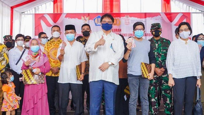 DUA MENTERI Terjun Langsung Berikan Bantuan Tunai bagi Pedagang Kaki Lima dan Warung (BT PKLW)