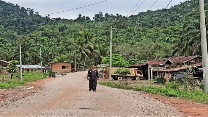 Warga di Toba Baru Kibarkan Bendera Merah Putih Setelah Jalan Desa Diperbaiki Pemerintah