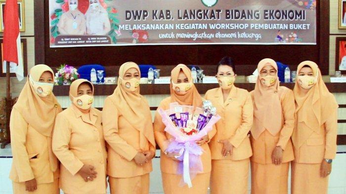 Tingkatkan Keterampilan Anggota, DWP Langkat Adakan Workshop Buket Bunga