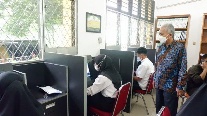 Dekan Fakultas Kedokteran dr. Indra Janis, MKT sedang memantau pelaksanaan Ujian CBT Calon Mahasiswa Fakultas Kedokteran UISU Minggu (13/6) di Kampus UISU Jalan SM Raja Medan.