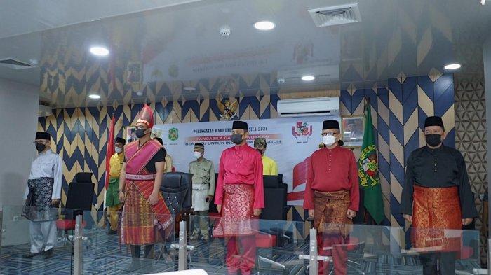 Tampil Beda, Bobby Nasution Kenakan Pakaian Adat Toba saat Memperingati Hari Lahir Pancasila