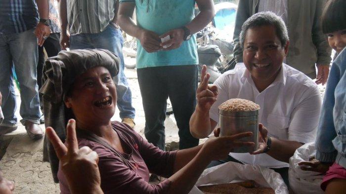 Blusukan Cabub Eddy Berutu ke Pasar Tigabaru Disambut Meriah dengan Salam 2 Jari