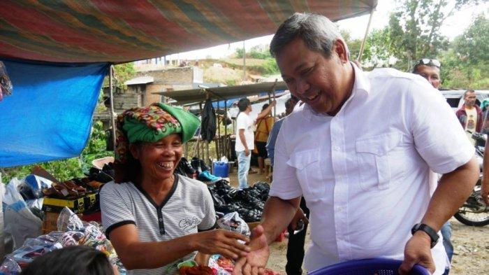 Blusukan Ke Pasar Tradisional, Eddy Berutu Bagi-bagi Gorengan