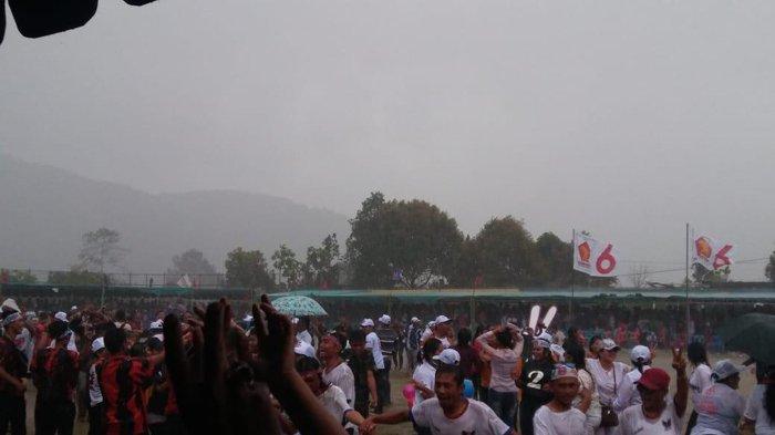 Warga Dairi Tetap Asyik Bernyanyi Bersama Eddy dan Jimmi di Bawah Guyuran Hujan