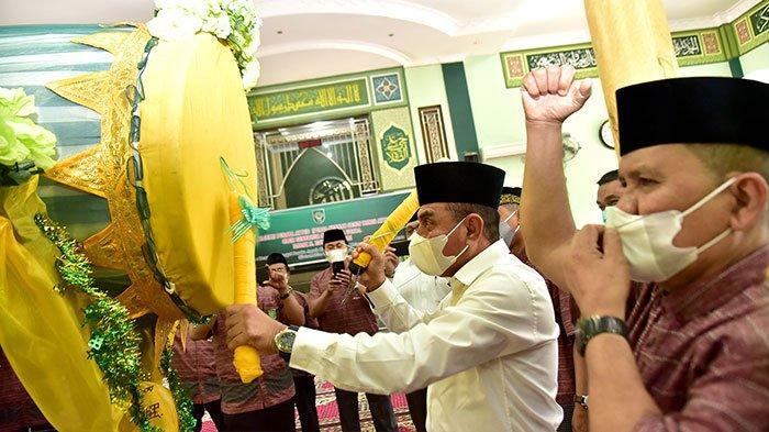 Gubernur Sumatera Utara H. Edy Rahmayadi didampingi Rektor UISU Dr. H. Yanhar Jamaluddin, MAP memukul bedug tanda diresmikannya Majelis Pusaka Ayyub (Puasa Sunnah Senin Kamis dan Ayyamul Bidh) Masjid Jami' al Munawwarah UISU Jalan SM Raja Medan, Rabu (31/3).