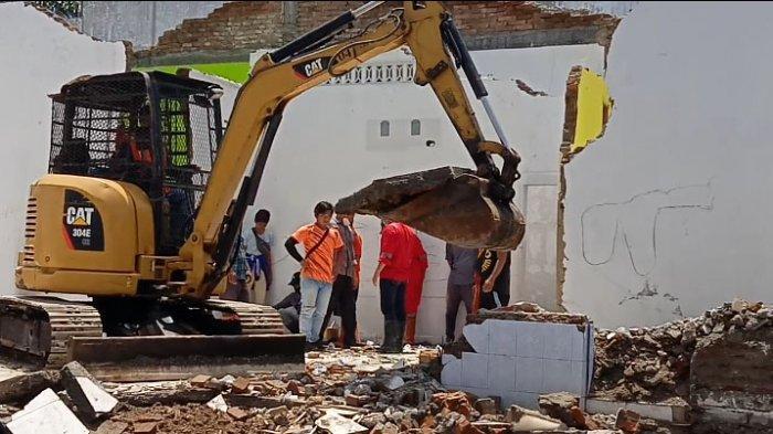Terendam Banjir, Dua Rumah Ambruk Masuk Sungai, Petugas Terpaksa Kerahkan Ekskavator