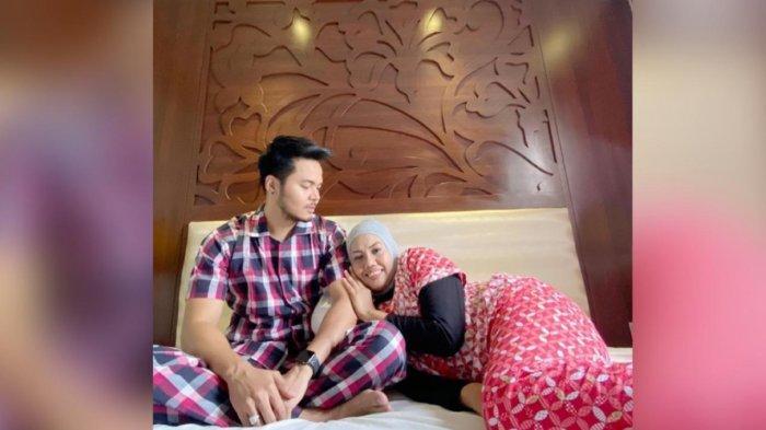 Elly Sugigi Pamer Foto Mesra dengan suami brondongnya