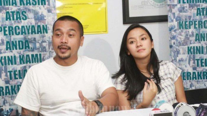 JUMPERS - Enno Lerian didampingi suaminya Priambodo Soesetyo dan dua anaknya, memberi keterangan pada wartawan seputar proses kelahiran anak mereka yang diberi nama Abimanyu Praja Soesetyo, di Rumah Sakit Bersalin Asih, Kebayoran Baru, Jakarta Selatan, Senin (15/7/2013). (Warta Kota/nur ichsan)