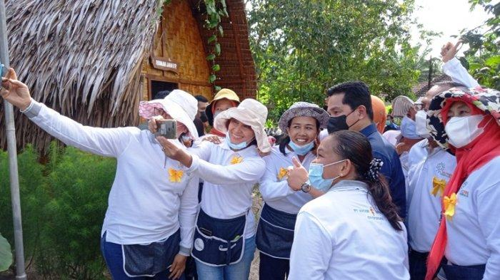 Menteri Erick Thohir Dapat Jamu Penambah Stamina dari Emak-emak di Serdangbedagai