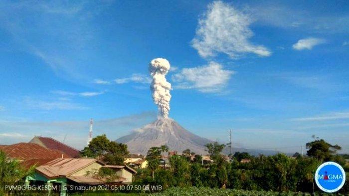 Penampakan Semburan Debu Vulkanik Gunung Sinabung Setinggi 2.500 Meter