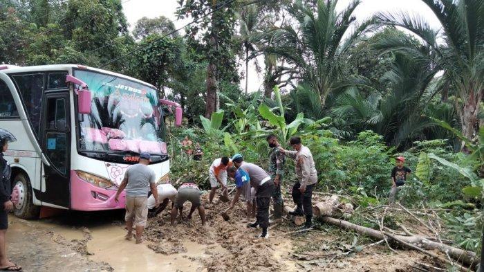 Petugas Kepolisian Evakuasi Material Longsor di Jalinsum Desa Nauli