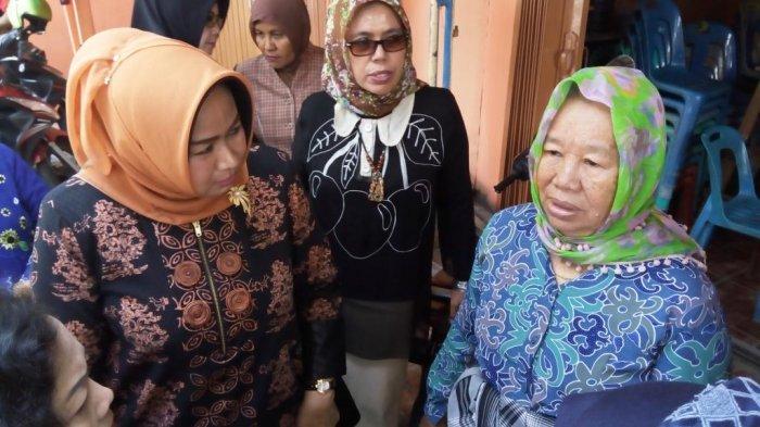 Melayat, Ini yang Dilakukan Istri Gubernur Kepada Keluarga Korban Truk Trailer