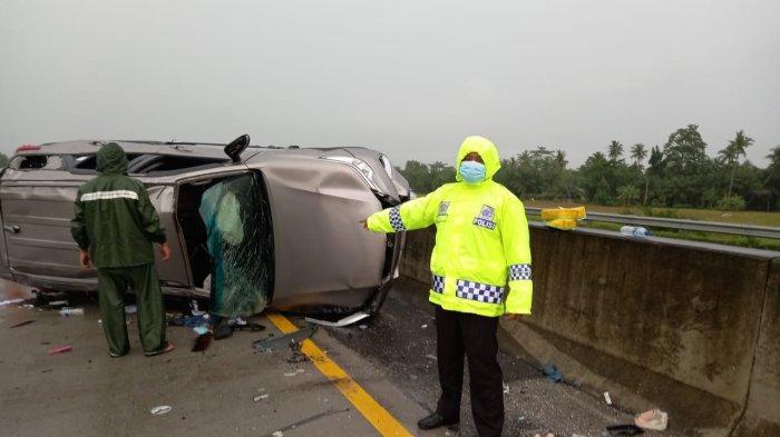 Jalan Licin Akibat Hujan, Mobil Fortuner Hantam Mobil Agya di Perlintasan Tol Tebingtinggi