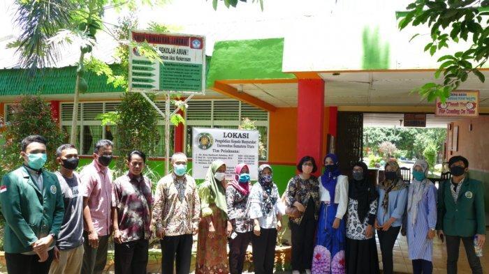 Foto bersama tim pengabdian dan peserta pelatihan e-learning SMP Negeri 1 Binjai Kwala Begumit