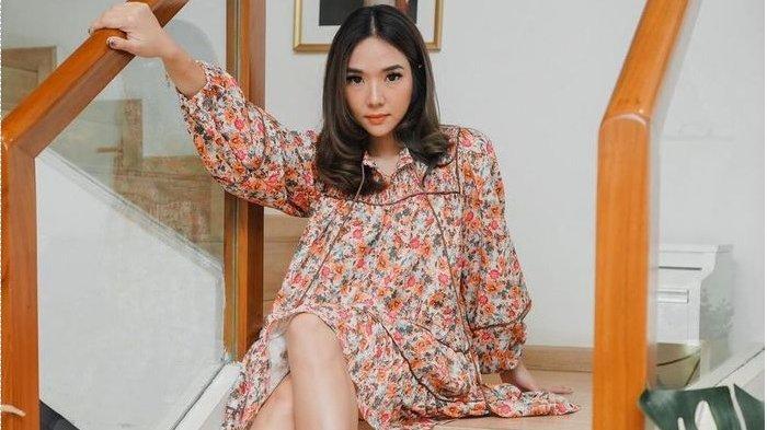foto Gisel dengan posisi kaki menyilang menuai komentar. Namun, salah satu netizen malah kena semprot.
