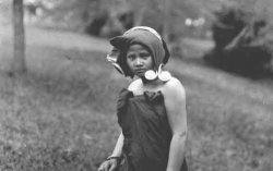 Gadis Karo dengan pakaian tradisional tahun 1925