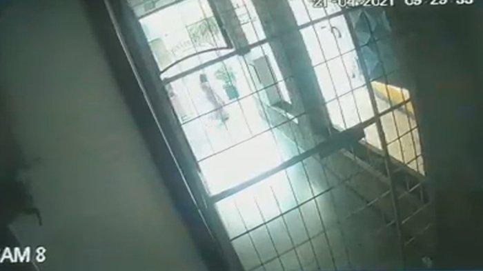 Seorang gadis remaja yang diduga jadi korban pelecehan seksual lari berkeliaran keluar untuk kabur.