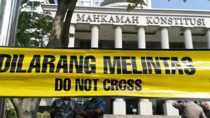 Massa Prabowo Bertambah, MK Dipasang Garis Polisi