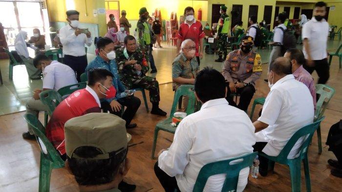 Walikota Tebing Tinggi, Umar Zunaidi Hasibuan menghadiri Serbuan Vaksinasi TNI bersama INTI sebanyak 2000 Peserta di wilayah Kota Tebing Tinggi yang diadakan di GOR Asber Nasution Jln. Gunung Leuser, Tebing Tinggi pada 11 Oktober 2021.