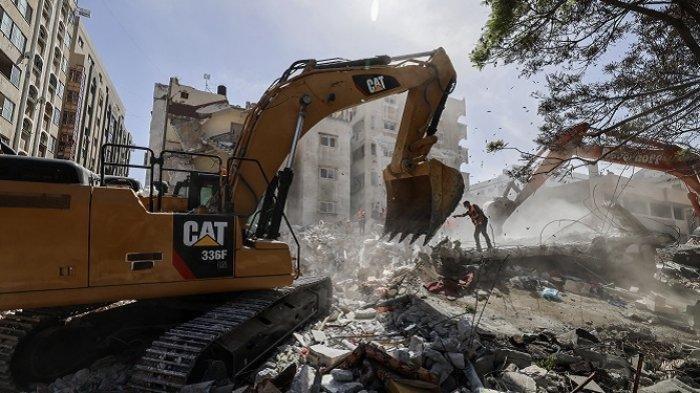 Sebuah ekskavator membersihkan puing-puing bangunan yang hancur diterjang rudal jet tempur Israel di Distrik pemukiman Rimal Kota Gaza, Minggu (16/5/2021).
