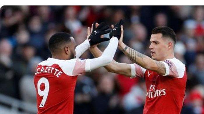 Gelandang Arsenal, Granit Xhaka (kanan), merayakan golnya bersama Alexandre Lacazette dalam laga Liga Inggris melawan Manchester United di Stadion Emirates, Minggu (10/3/2019).