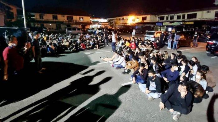 Puluhan pengunjung dan karyawan hiburan malam yang terjaring razia polisi, Minggu (23/5/2021) dinihari kemarin.(HO)