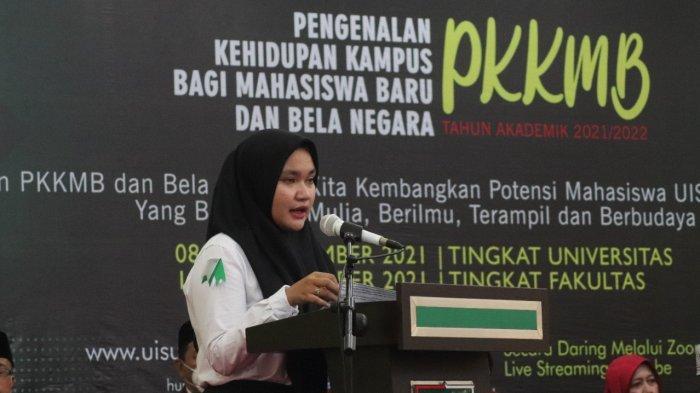 Nafisa Uli Dimana Siagian, mahasiswi Prodi Ilmu Hukum menyampaikan sepatah kata harapan sebagai salah satu mahasiswa baru peserta PKKMB UISU TA 2021/2022 saat pembukaan PKKMB UISU TA 2021/2022 di Auditorium UISU Jalan SM Raja Medan (8/9)