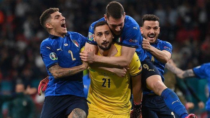 Penjaga gawang Italia Gianluigi Donnarumma (tengah) merayakan dengan rekan satu timnya setelah memenangkan pertandingan sepak bola final UEFA EURO 2020 antara Italia dan Inggris di Stadion Wembley di London pada 11 Juli 2021.