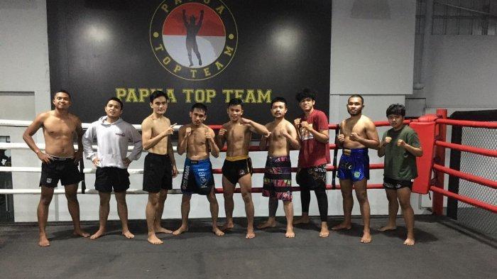 Gideon Manurung (empat dari kiri) atlet Kickboxing Sumut dan MMA Pride saat berfoto bersama dengan tim di tempat Papua Top Team, Jakarta.