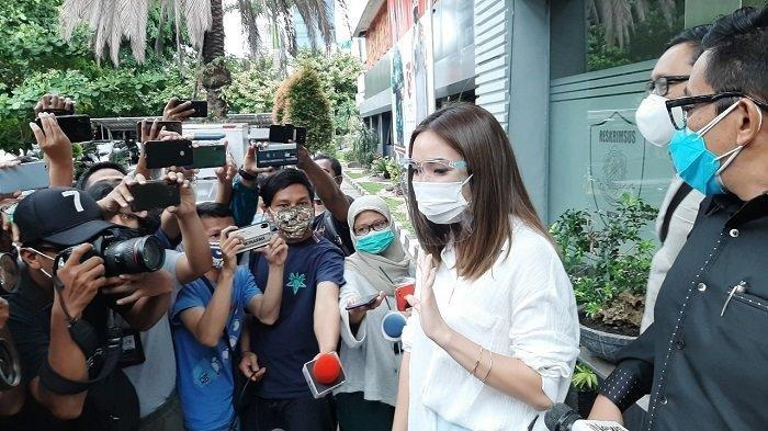 Gisella Anastasia atau Gisel selesai menjalani pemeriksaan di Gedung Direktorat Reserse Kriminal Khusus Polda Metro Jaya, Jakarta Selatan, Rabu (23/12/2020). (TribunJakarta)