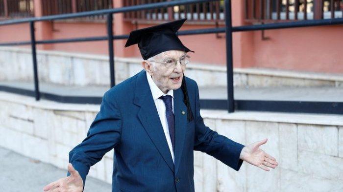 Veteran Perang Dunia II Ini Selesaikan Pendidikan di Usia 96 Tahun