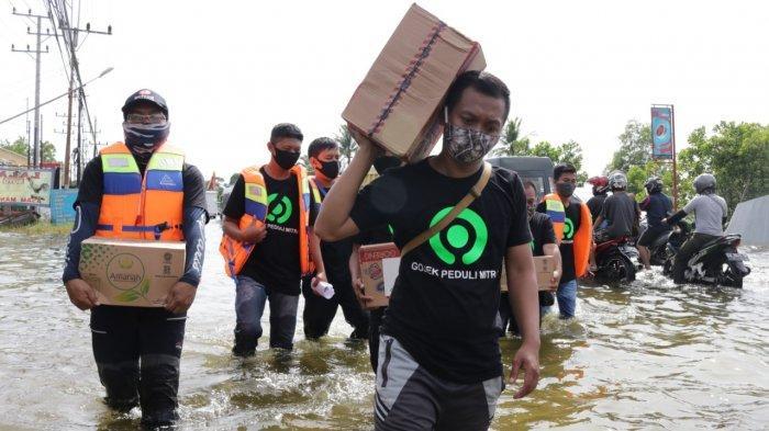 Gojek Salurkan 10 Ton Paket Kebutuhan Pokok Bagi Korban Banjir