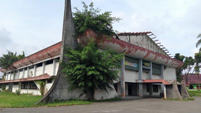 GOR Siantar Mirip 'Rumah Hantu', Gedung Dibiarkan Ditumbuhi Semak Belukar