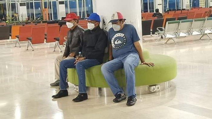 Gubernur Sulsel Nurdin Abdullah (tengah) di Bandara SUltan Hasanuddin dengan kondisi tangan diborgol