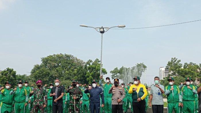 Gubernur Sumatera Utara, Edy Rahmayadi (ke enam dari kiri) didampingi Kapolda Sumatera Utara, Irjen Pol Panca Putra (ke tujuh dari kiri), Panglima Kodam (Pangdam) I/Bukit Barisan (BB), Mayjen TNI Hassanudin (ke lima dari kiri), dan unsur Forkopimda Sumut foto bersama kontingen Sumut untuk PON Papua, di Wisma Atlet Dispora Sumut, Minggu (19/9/2021).
