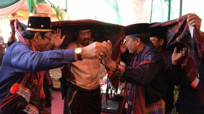 Raja Adat Tabagsel Patuan Kumala Suangkupon Ulosi Tengku Erry