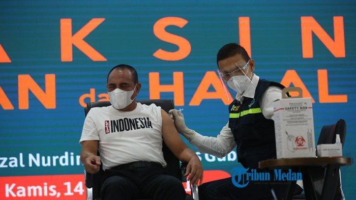 Gubernur Sumatera Utara Edy Rahmayadi memejamkan mata saat menerima suntikan vaksinasi di Medan, Sumatera Utara, Kamis (14/1/2021).TRIBUN MEDAN/RISKI CAHYADI